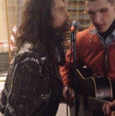 Steven Tyler cantó con un músico callejero en Rusia