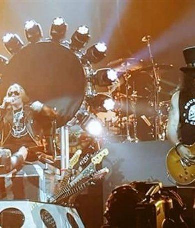 Dave Grohl presta su trono a Axl Rose, enyesado en el regreso de Guns n' Roses