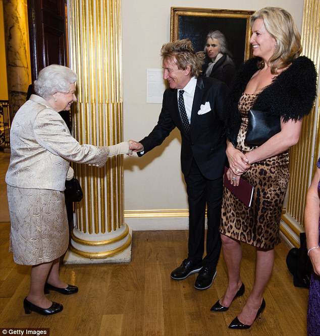 395033e800000578-3832394-queen_e_the_star_bowed_as_he_shook_hands_with_the_queen_ahead_of-m-22_1476220460975