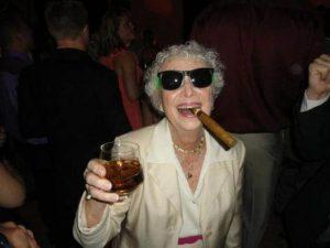 """¿A qué edad se es """"muy mayor"""" para salir de fiesta?"""
