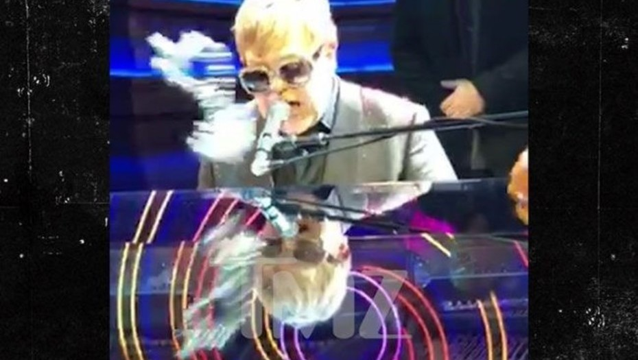 Elton John queda aturdido durante un concierto en Las Vegas.