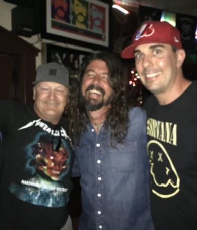 Dave Grohl dejó 333 dólares de propina en un bar
