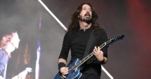 "Dave Grohl sorprendió en un bar y tocó ""All Apologies"" de Nirvana"