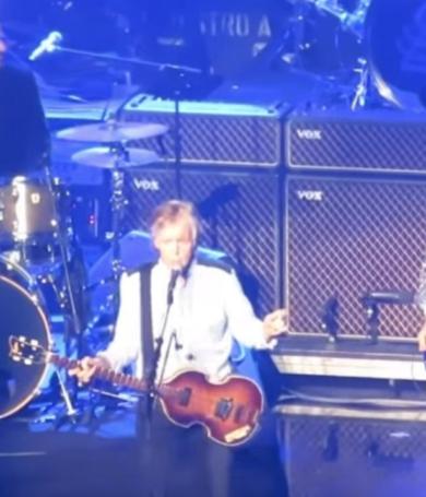"""Paul McCartney toca""""Get Back""""de los Beatles con Ringo Starr y Ron Wood"""