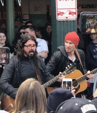 """Dave Grohl con """"peña"""" en la calle de Seattle"""