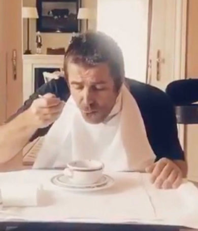 Liam Gallagher toma sopa con un tenedor, solo para burlarse de Noel