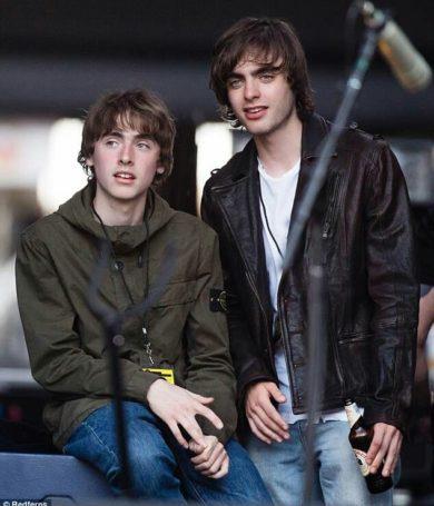 Gallaghers juntos en una banda