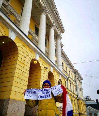 Paraguaya se manifiesta frente al Congreso de Finlandia en repudio a refugio para Arrom y Martí