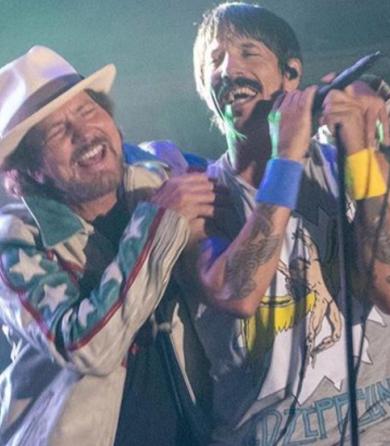 Los Red Hot Chili Peppers y  Eddie Vedder (Pearl Jam) realizan covers de  Prince y Jimi Hendrix