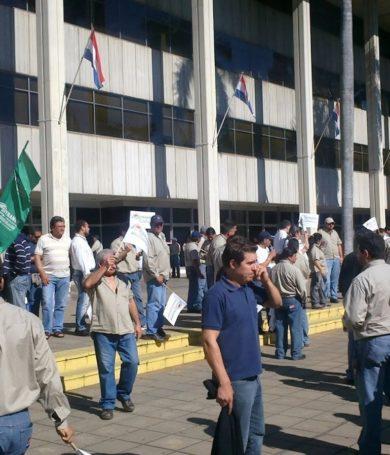 Funcionarios de la ANDE, a huelga por tres días en reclamo de aumento salarial