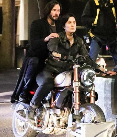 Mirá a Keanu Reeves saltando desde el techo de un edificio durante la filmación de Matrix 4