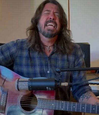 """Dave Grohl conmueve cantando """"My Hero"""" en honor a los médicos que vienen combatiendo el covid-19"""