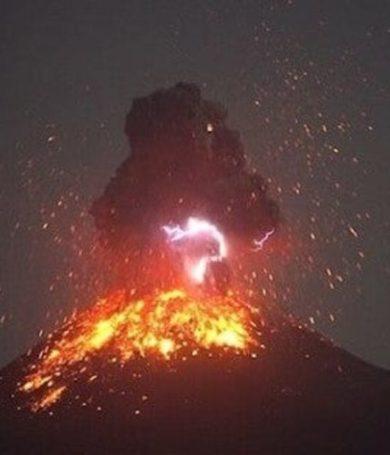 Hace erupción el legendario volcán Krakatoa de Indonesia