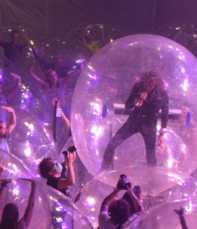 The Flaming Lips realizó un concierto y tanto banda como fanáticos estuvieron envueltos en burbujas de plástico