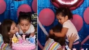 Hermanas pelearon porque la mayor apagó su vela y terminaron cortando juntas la torta.