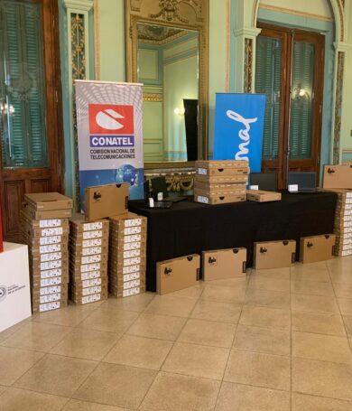 CONATEL dona notebooks a la Universidad Nacional de Asunción