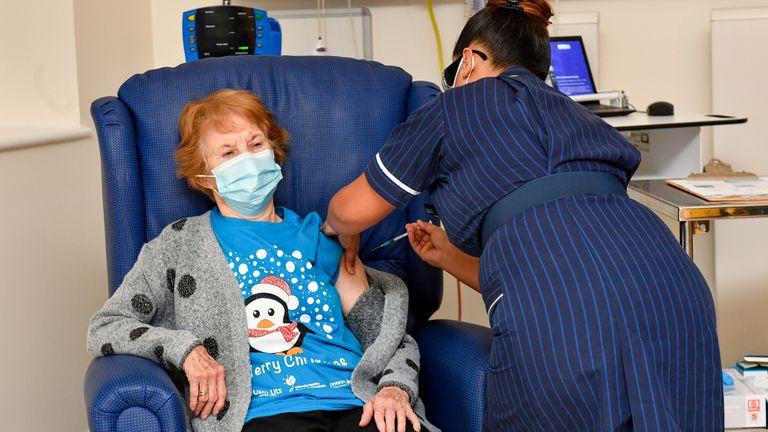 Mujer de 90 años es la primera en recibir la vacuna Pfizer contra el covid-19