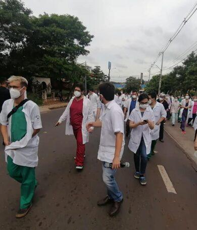 IPS anuncia reposición en cargos a médicos desvinculados, pero persiste amenaza de huelga