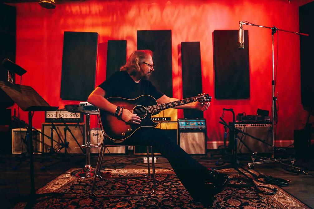 Barry Gibb, legendario miembro de los Bee Gees, estrena su nuevo álbum «GREENFIELDS: The Gibb Brothers' Songbook, Vol. 1»