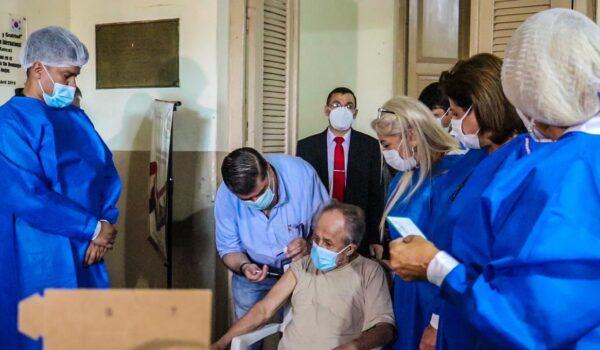 Paraguay comenzó la vacunación para adultos mayores contra el coronavirus